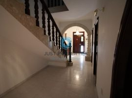 IKLIN - Centrally located and well kept terraced house - For Sale