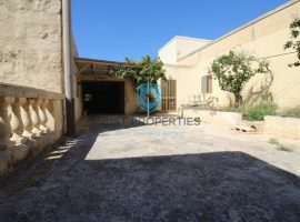 BUSKETT - Spacious unconverted farmhouse situated on the outskirts - For Sale
